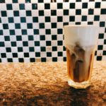 台北南機場夜市近くのカフェ「歐若拉專業烘培咖啡店 Aurora Cafe」ビートルズやバディ・ホリーが流れる古風な地元系ロースター